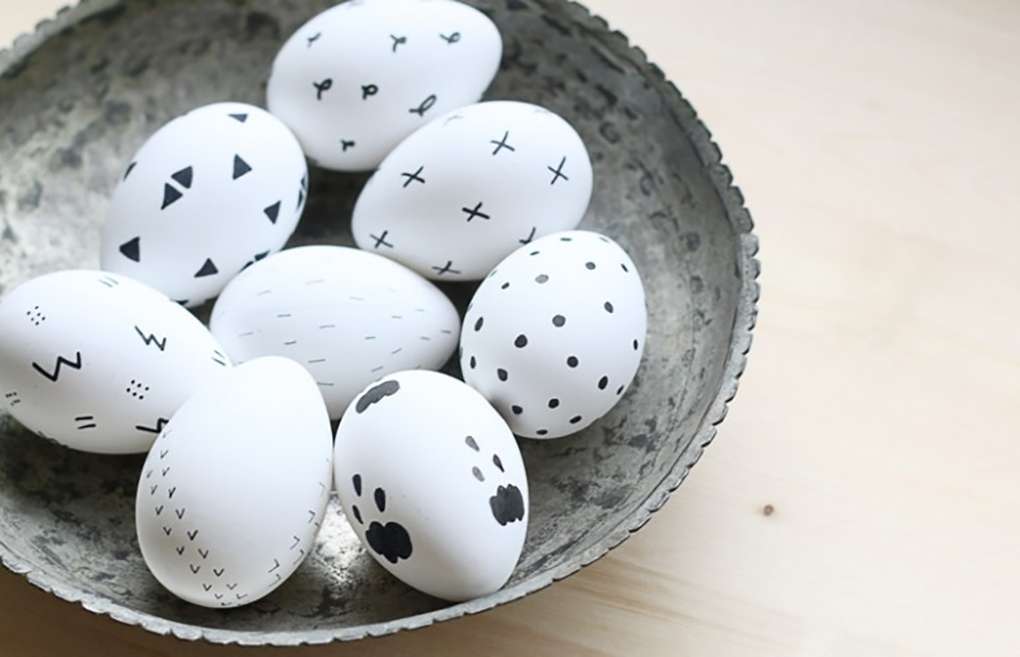 black-and-white-scandinavian-inspired-easter-eggs-768x495