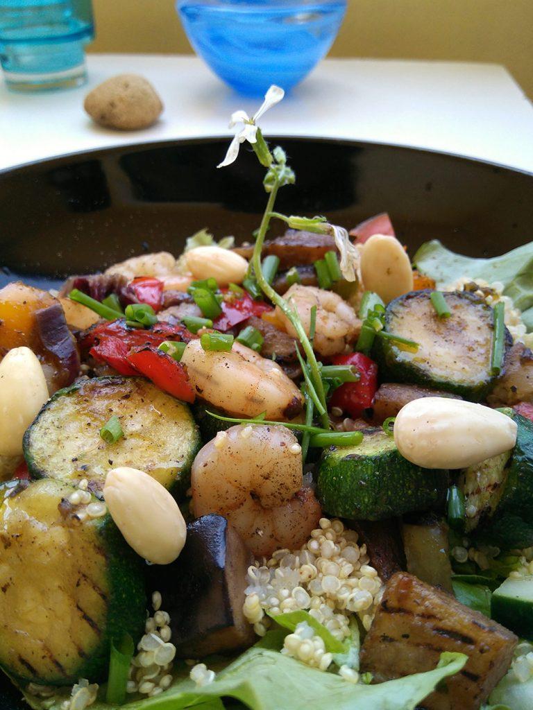 salada de quinoa com camarão e vegetais grelhados