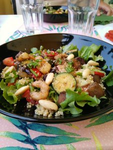 salada de quinoa com camarao e vegetais grelhados
